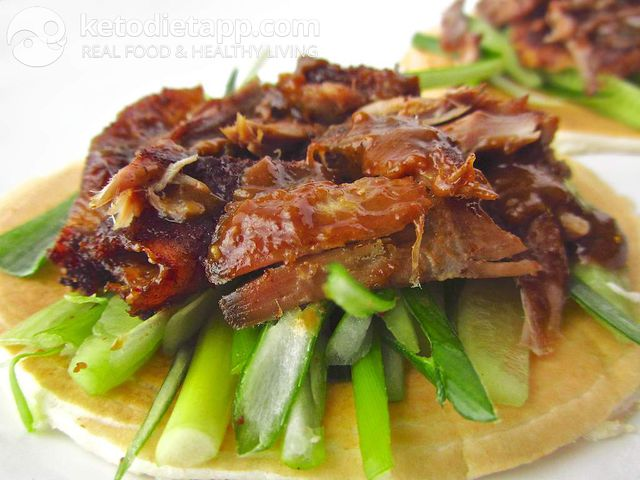 Crispy aromatic duck with mini pancakes